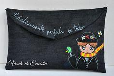 Clutch diseñado por Verde de Envidia inspirado en Mary Poppins. Loneta pintada a mano, forro de algodón negro, boquilla de metal en tono plata.