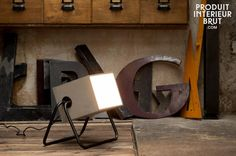Lampada in cemento. Stabile sulla sua base di metallo nero leggermente incurvato, questa lampada porterà un tocco retrò nei vostri interni.