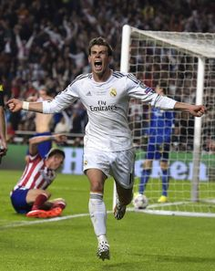 Gareth Bale of Real Madrid celebrating his goal in the 2014 Champions League Final. They won It was then he scored an amazing goal and pretty much a game saver goal! Real Madrid Football Club, Real Madrid Soccer, Best Football Team, Football Wall, Messi Neymar, Cristiano Ronaldo Lionel Messi, Good Soccer Players, Football Players, Gareth Bale 2014