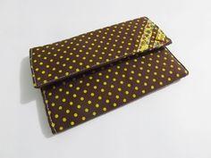Carteira de tecido marrom com bolinhas