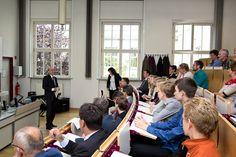 Prof. Claus Baderschneider, Prorektor Marketing und Internationales der HfTL immatrikulierte die Schülerinnen und Schüler in die Junior-Ingenieur -Akademie