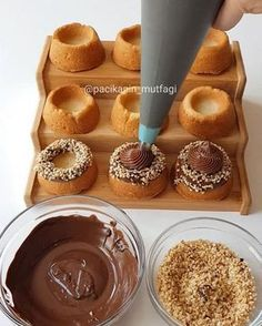 Good night yen I have a legend I have a delicious recipe with a delicious mixture of chocolate cream Delicious Chocolate, Delicious Desserts, Cookie Desserts, Dessert Recipes, Pastry Design, Dessert Decoration, Pastry Shop, Donut Recipes, Turkish Recipes