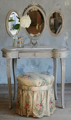 Shabby Vintage ♥ vanity Love this mirror! Shabby Chic Vintage, Vintage Vanity, Shabby Chic Decor, Vintage Decor, French Vanity, Antique Vanity, Mirrored Vanity, Rustic Decor, Dressing Table Vanity