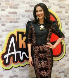 IT Looks: Maudy Koesnaedi's 10 Most Elegant Looks Traditional Dresses Designs, Traditional Fashion, Traditional Outfits, Batik Fashion, Ethnic Fashion, Colorful Fashion, Blouse Batik, Batik Dress, Dress Batik Kombinasi
