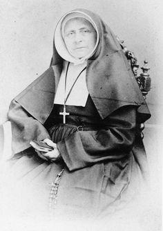Een vrouw die veel voor Helmond betekend heeft, is zuster Benedicta. Zij was het eerste hoofd van de katholieke meisjesschool in Helmond. In 1832 stichtte de Tilburgse pastoor en latere aartsbisschop Zwijsen de orde van de Zusters van Liefde van Onze Lieve Vrouw Moeder van Barmhartigheid. Klik op de afbeelding!