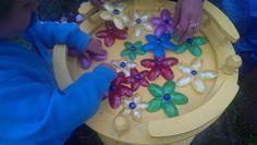 Aus Plastiklöffel Mit Heißklebepistole zusammenkleben und mit Acrylfarben und Nagellack hübschen