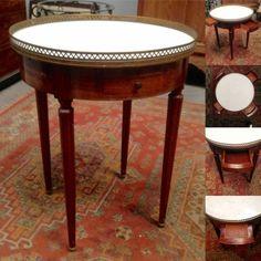 table bouillote en acajou ,dessus marbre blanc ,galerie en laiton . XX siècle