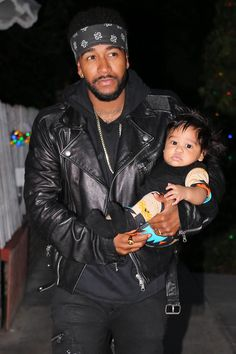 Reality TV star Omarion Grandberry was spotted out & about with his son, Megaa Grandberry. Gorgeous Black Men, Beautiful Men, Celebrity Dads, Celebrity Pictures, Beautiful Family, Beautiful Children, Black Celebrities, Celebs, Strong Black Man