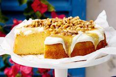 Ενα υπέροχο κέικ λεμονιού γαρνιρισμένο με γιαούρτι και σιρόπι μελιούμε καρύδια. Μια εύκολη στη παρασκευή της συνταγή (από εδώ) με τόσο απλά υλικά, τόσο εύ