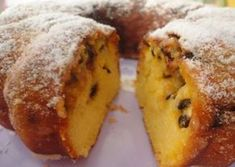 O azedinho do maracujá dá o toque especial a este bolo, preparado com a polpa da fruta, incluindo sementes. O bolo de maracujá é bem simples e fácil. Confira!
