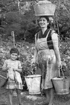 Balmasedana volviendo del río con la ropa lavada. Vizcaya años   50