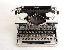 Typewriter Royal P Series Chrome Vintage Metal, Retro Vintage, Old Fashioned Typewriter, Writing Corner, Wonderful Machine, Vintage Phones, Antique Show, Vintage Typewriters, Everyday Objects