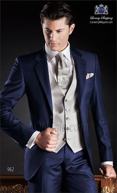 """Traje de novio azul en tejido ligero """"New Performance"""". Corte clásico sartorial con dos botones corozo y dos aberturas."""