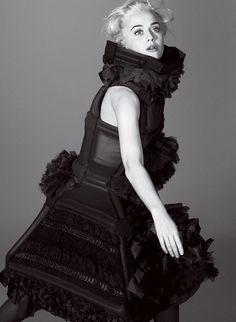 Por todo editorial, ela usa looks da Comme des Garçons: esse é da primavera-verão 2014