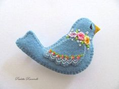 Felt Pin / Blue Bird Pin / Felt brooch by Beedeebabee on Etsy Bird Crafts, Felt Crafts, Fabric Crafts, Felt Christmas Decorations, Felt Christmas Ornaments, Fabric Birds, Felt Fabric, Felt Embroidery, Art Textile
