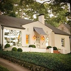 90 Modern White Cottage Exterior Style 55 - Home & Decor Nachhaltiges Design, Home Design, Exterior Colors, Exterior Design, Modern Exterior, Exterior Paint, Cottage Exterior, Brick Cottage, Ranch Exterior