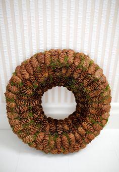 Deze krans is versierd met dennenappels en moss. Externe diameter-33 cm (13) Interne diameter-11 cm (4.3) Dikte - 6 cm (2,4) Deze krans is het hele jaar perfect! De krans zal zorgvuldig worden verpakt voor verzending. Hebt u aarzel nog vragen niet om contact met mij. Happy Holidays en beste wensen