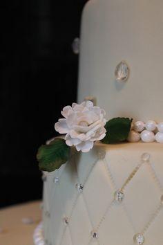 Beautiful Diamond Wedding Cake with white carnations Bezaubernde Torte zur Diamant Hochzeit mit weißen Nelken