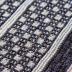 Перевод описания модного бактуса связанного спицами в двух цветах пряжи.Бактус — это оригинальный вязаный шарф, имеющий треугольную форму. Этот многофункциональный предмет гардероба — идеальное дополнение образа.Такой бактус можно носить с чем угодно,всегда выглядит очень стильно и современно. Slip Stitch, Crochet, Ravelry, Mosaic, Study, Knitting, Pattern, Danish, Tricot