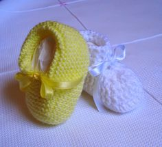 Casa da Salete: Tricot Shoe - Everything About Knitting Knit Baby Shoes, Crochet Shoes, Crochet Baby Booties, Knit Crochet, Baby Knitting Patterns, Baby Patterns, Bebe Baby, Baby Cards, Crochet Projects