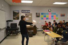 En esta foto estoy explicando a la clase que  estaba con toda la semana sobre una de sus actividades ya que había estado en el control de las actividades de la clase de Senor Denshaw. Sin embargo, era difícil conseguir muchos de los estudiantes a participar en las actividades por que ellos no querian participar.