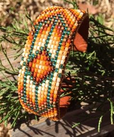 Traditionelles Design Perlen Armband mit Aqua Perlen an den Farben Braun und…