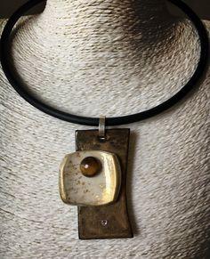 Colgante hecho con madera de ébano. Incrustaciones de cristal Swarovski. Polymer Clay y cabujón de ojo de tigre
