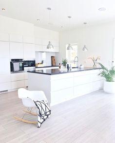 simile black and white kitchen Home Decor Kitchen, Home Kitchens, Küchen Design, House Design, Cuisines Design, Minimalist Decor, House Rooms, Home Fashion, Home Interior Design