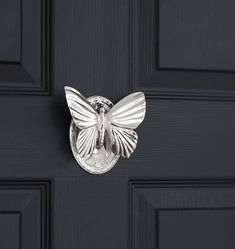 The standard knocker is a fundamental design, most traditional utilizing a ring and plate installed straight to the door to avoid damage Antique Door Knockers, Door Knockers Unique, Door Knobs And Knockers, Black Door Handles, Knobs And Handles, Cool Doors, Unique Doors, Door Furniture, Vintage Furniture