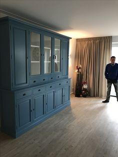 Mooie grote sfeervolle buffetkast model Lelystad met dichte zijdeuren voor extra veel opbergruimte. Deze kast in het oud blauw is een echte eyecatcher Home And Living, Furniture, House, Home, Interior, Kitchen Dresser, Cute Room Decor, Wall Unit, Home Decor