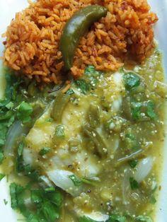 tilapia en salsa verde con nopales y arroz rojo