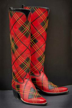 🌟Tante S!fr@ loves this📌🌟Tartan cowboy boots; I need these for Nashville. Tartan Mode, Tartan Kilt, Red Shoes, Me Too Shoes, Tweed, Scottish Fashion, Scottish Dress, Tartan Fashion, Custom Boots