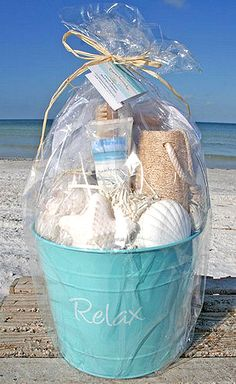 """Spa """"Relax"""" Your Feet Beach Bucket – Gift Basket Ideas Easy Diy Gifts, Creative Gifts, Homemade Gifts, Cute Gifts, Themed Gift Baskets, Diy Gift Baskets, Raffle Baskets, Beach Gifts, Spa Gifts"""