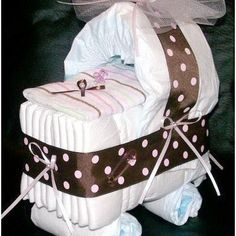 Diaper cake - Tarta de pañales - Baby shower gifts and crafts Homemade Baby Gifts, Diy Baby Gifts, Baby Crafts, Cute Gifts, Idee Baby Shower, Shower Bebe, Baby Shower Gifts, Diaper Carriage, Carriage Cake