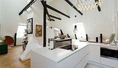 Stijlvolle witte loft met eclectisch interieur en geïntegreerde schoorsteen