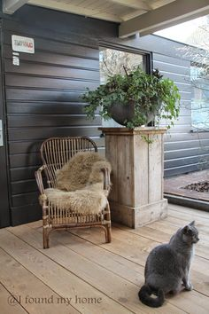 There is a wide variety of front door flower pots to mix and match when it comes to enlivening your veranda. Outside Living, Outdoor Living, Dream Garden, Home And Garden, Porch Decorating, Modern Rustic, Garden Inspiration, Outdoor Spaces, Outdoor Gardens