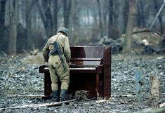 Un soldat russe joue sur un piano abandonné en Tchétchénie.