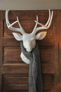 Déco: têtes de cerf façon trophée de chasse. J'adore l'idée du foulard!