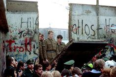 La caída del muro vino motivada por la apertura de fronteras entre Austria y Hungría. Este hecho, motivó enormes manifestaciones en Alexanderplatz que llevaron a que, el 9 de noviembre de 1989 el gobierno de la RDA afirmara que el paso hacia el oeste estaba permitido.