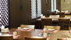 Shilla — ресторан премиум-класса. Здесь происходит естественный отбор посетителей по толщине кошелька: средний чек за ужин с мясом на человека — около 2 000–2 500 руб. Поэтому сюда ходит немногочисленная, но отборная публика, например, сотрудники консульства Южной Кореи во главе с самим господином консулом.Партизанский пр-т, 12а, телефон: +7 (423) 242-22-20, время работы: 12:00–00:00