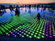 """UrbA // ActU: """"Saudação ao Sol"""" : une plate-forme de LED alimentées à l'énergie solaire par Nikola Bašić, à Zadar en Croatie - Installation"""