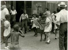 Children dancing in Harlem, NYC by photographer Helen Levitt Walker Evans, Harlem Renaissance, Female Photographers, Street Photographers, Leica, New York Street, New York City, Chicago Street, Vintage Photographs