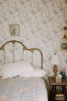 vintage, room i floral grafika w We Heart It My New Room, My Room, Wallpaper Bedroom Vintage, French Wallpaper, Vintage Room, Aesthetic Rooms, Beautiful Bedrooms, Dream Bedroom, House Rooms