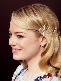 Hair clips are a very quick way of giving yourself a style update without too much effort. Here are fifteen different classy and stylish hair clips Bobby Pin Hairstyles, Curled Hairstyles, Summer Hairstyles, Easy Hairstyles, Straight Hairstyles, Hairstyle Ideas, Emma Stone, Wavy Ponytail, Barrettes