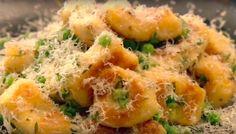 Zelfgemaakte gnocchi met doperwten en Parmezaanse kaas