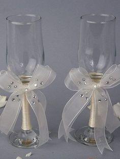 Decoración de copas fácil de hacer con lazos y brillos.