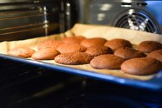 Uunipellin puhdistus onnistuu ilman kemikaaleja. Ammattisiistijä vinkkaa luonnolliset keinot, joilla saat pellit kiiltämään. Almond, Muffin, Cookies, Breakfast, Desserts, Food, Breakfast Cafe, Tailgate Desserts, Muffins