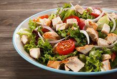 Saláty jsou velmi oblíbeným občerstvením. Tento šťavnatý salát s kuřecím masem je ideální jako lehký oběd či večeře v pracovním týdnu. #salat #vecere #obed #kurecisalat #kurecimaso #zelenina #lehkejidlo Grilled Chicken Salad, Chicken Salad Recipes, Healthy Salad Recipes, Seafood Recipes, Paleo Recipes, Healthy Herbs, Healthy Foods, Sauce Cesar, Clean Eating