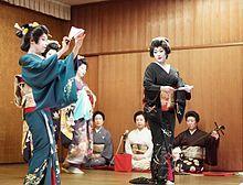 Niigata geisha performing a dance, dressed in kimono and taiko musubi. Memoirs Of A Geisha, Traditional Japanese Art, Niigata, Important People, Chant, Modern History, Martial Arts, Never, Dame