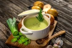 Homemade creamy leek soup by DanielVincek on PhotoDune. Homemade creamy leek soup on wooden background Grilled Polenta, Grilled Beef, Pesto, Grilled Squid, Mini Croissants, Whole Roasted Chicken, Open Recipe, Good Food, Yummy Food